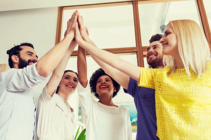 teamwork einschlagen schritte gegen stress